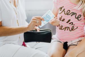 Frau_Tochter_Geld